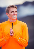 Young attractive athletic man, wearing sporty cloths on trail ou — Stock Photo