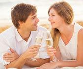 蜜月概念,男人和女人的爱,享受湛玻璃 — 图库照片