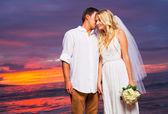 Braut und bräutigam, genießen erstaunliche sonnenuntergang auf einem wunderschönen tropischen — Stockfoto