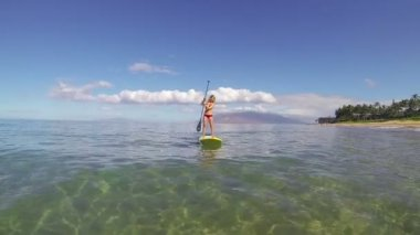 Woman Stand Up Paddling in Hawaii — Stock Video