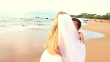 Newly married couple on tropical beach at sunset — Stock Video