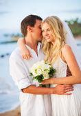 夕暮れ時のビーチのちょうど結婚されていたカップル — ストック写真