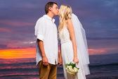 ちょうど結婚されていたカップルの日没で熱帯のビーチのキス — ストック写真