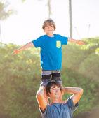 Happy father and son playing on tropical beach, carefree happy f — Stock Photo