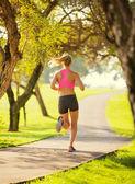 Jonge vrouw joggen uitgevoerd buiten — Stockfoto
