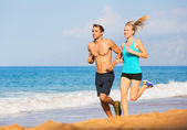 Paar am strand laufen — Stockfoto