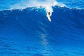 サーファーのライディングの巨大な波 — ストック写真