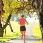 mujer que corre en el parque — Foto de Stock