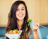 女人吃沙拉 — 图库照片