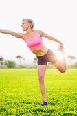 Atletische vrouw die zich uitstrekt — Stockfoto