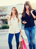 "Beautiful girls with shopping bags taking a ""selfie""  — ストック写真"