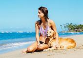 Frau am Strand mit ihrem Hund — Stockfoto