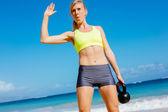 Žena, která dělá konvice bell cvičení — Stock fotografie