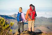 Caminhantes, apreciando a vista do topo da montanha — Fotografia Stock