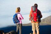 Escursionisti, godendo la vista dalla cima della montagna — Photo