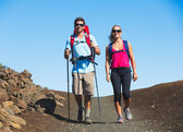 Hikers enjoying walk on amazing mountain trail — Zdjęcie stockowe