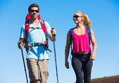 Hikers enjoying walk on amazing mountain trail — Foto de Stock