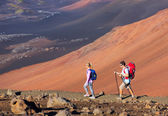 Hikers enjoying walk on amazing mountain trail — Foto Stock