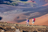Hikers enjoying walk on amazing mountain trail — Stockfoto