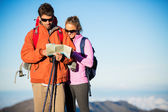 Hikers looking at trail map — Foto Stock