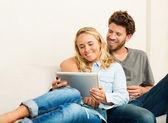 Молодая пара с помощью планшетного компьютера — Стоковое фото