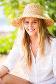 Uśmiechnięta kobieta na zewnątrz — Zdjęcie stockowe