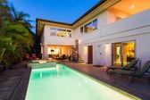 Casa con piscina y jacuzzi — Foto de Stock