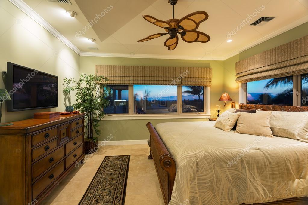 interno camera da letto nella nuova casa di lusso foto