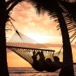 Couple relaxing in tropical hammock — Stock fotografie