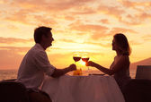 Couple enjoying romantic sunnset dinner — Stock Photo