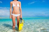 Mujer de isla tropical con equipo de snorkel — Foto de Stock