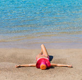 Woman relaxing on tropical beach — Stock Photo