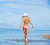 Kvinnan promenader på tropisk strand — Stockfoto