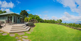 Home with grassy lawn — Stockfoto