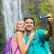 Couple taking pictures together on hike — 图库照片