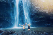 Couple under waterfall — Stock Photo