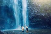 Couple under waterfall — Stock Photo