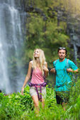 Couple hiking to waterfall — Stock Photo