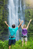 Couple hiking to waterfall — Stock Photo