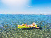 Woman relaxing and floating in the ocean — Stock Photo