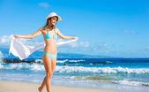 Krásná mladá žena na pláži — Stock fotografie