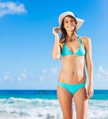 Mooie jonge vrouw op het strand — Stockfoto