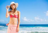 Mutlu bir kadın plajda — Stok fotoğraf