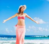 Femme heureuse à la plage — Photo