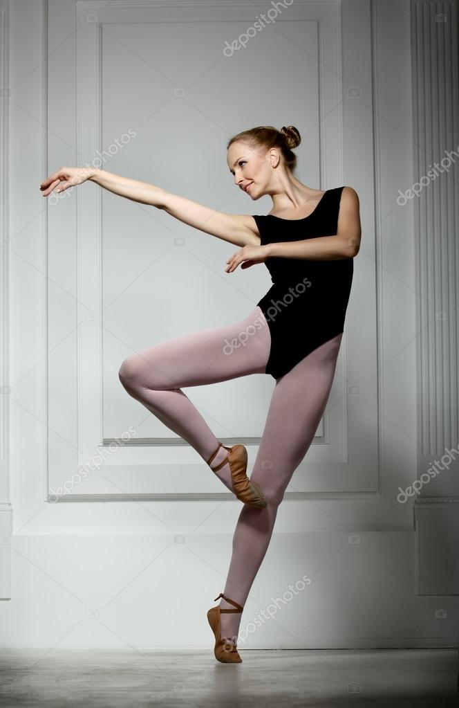 Slender girl ballerina performs passé — Stock Photo #12648062