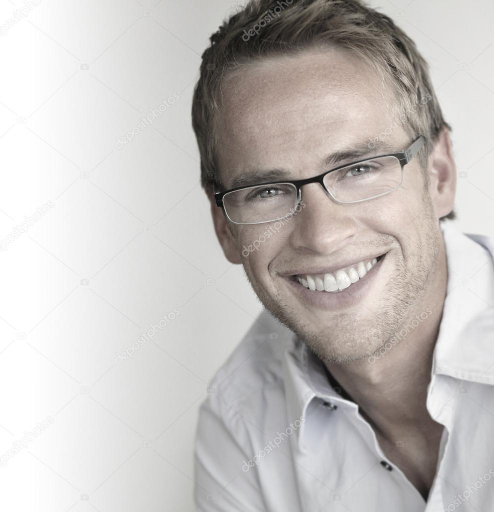 Great looking young man with perfect smile in trendy glasses — Stock Photo #12610216