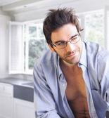 Oynak sırıtış ile seksi bir adam — Stok fotoğraf