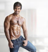 Sexy chlap hodí — Stock fotografie