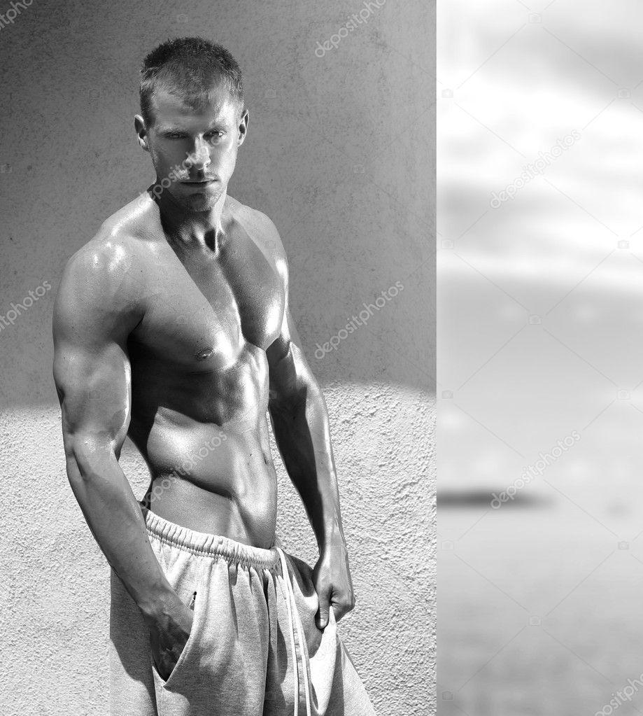 性感肌肉猛男男人的肖像
