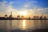 Kontener statek towarowy z pracy żurawia most — Zdjęcie stockowe